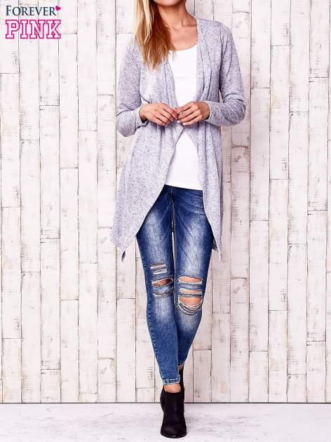 Niebieski sweter z ciemniejszą nitką                                   zdj.                                  2