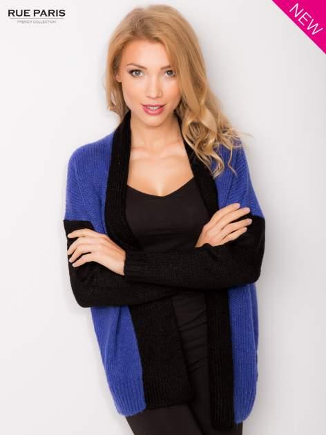 Niebieski sweter z kontrastowym pasem i rękawami                                  zdj.                                  1