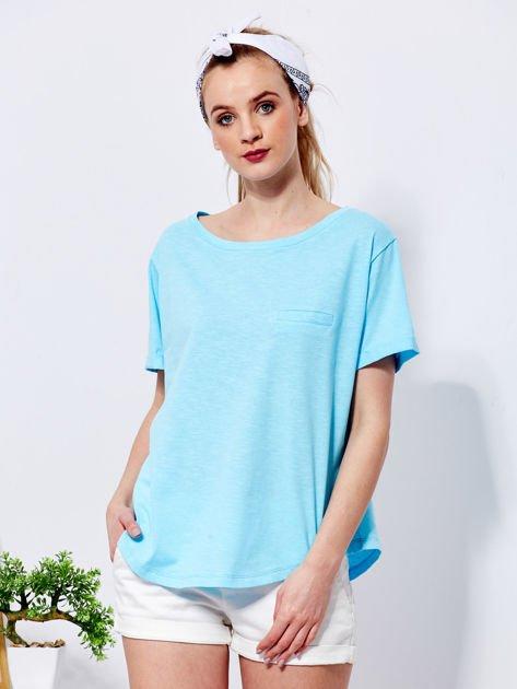 Niebieski t-shirt basic z podwijanymi rękawami                              zdj.                              1