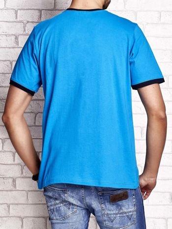 Niebieski t-shirt męski z aplikacjami i napisami
