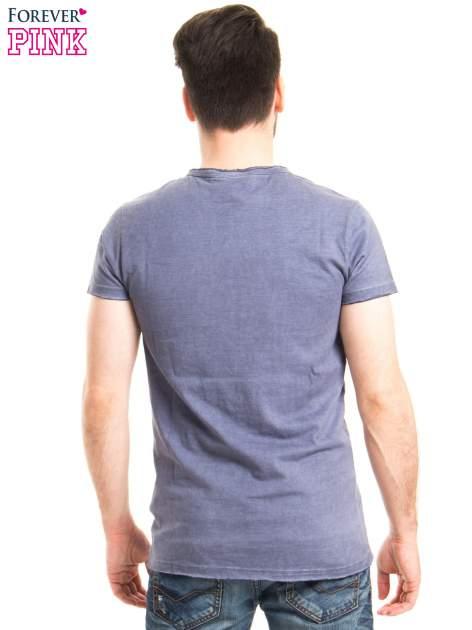 Niebieski t-shirt męski z nadrukiem NEW ADVENTURE AWAITS                                  zdj.                                  3