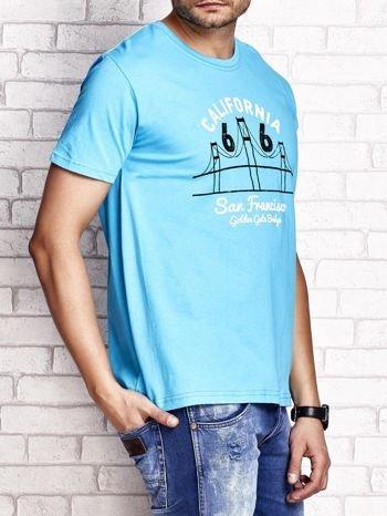 Niebieski t-shirt męski z nadrukiem mostu i napisem CALIFORNIA 66                                  zdj.                                  3