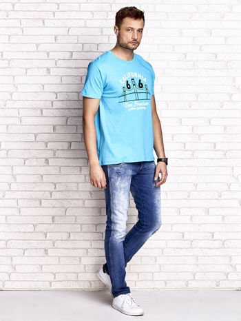 Niebieski t-shirt męski z nadrukiem mostu i napisem CALIFORNIA 66                                  zdj.                                  4