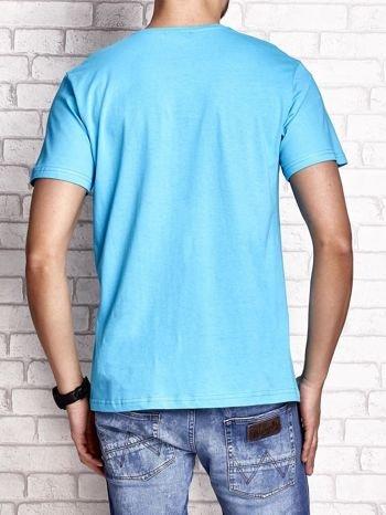 Niebieski t-shirt męski z nadrukiem napisów i cyfrą 9                                  zdj.                                  2