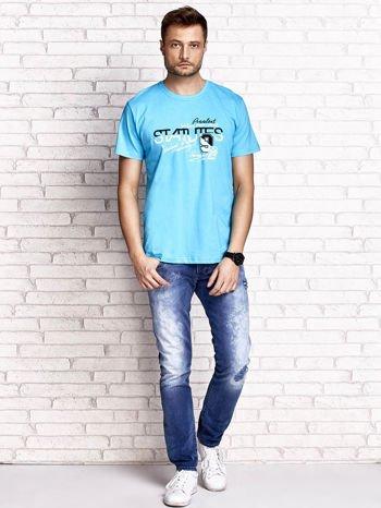 Niebieski t-shirt męski z nadrukiem napisów i cyfrą 9                                  zdj.                                  4