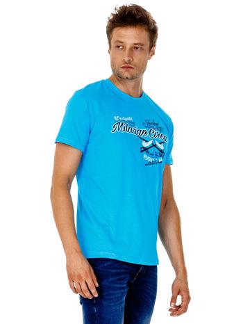 Niebieski t-shirt męski z nadrukiem napisów w sportowym stylu                                  zdj.                                  4