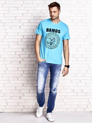 Niebieski t-shirt męski z napisem RAMOS i nadrukiem                                  zdj.                                  4