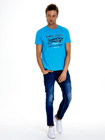 Niebieski t-shirt męski ze sportowym nadrukiem i napisem SUPERIOR                                  zdj.                                  3