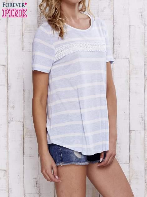 Niebieski t-shirt w paski z koronkową aplikacją                                  zdj.                                  3