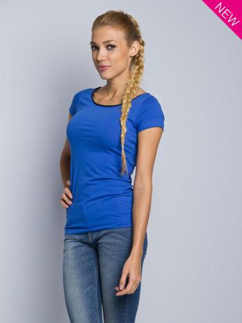 Niebieski t-shirt z czarną lamówką przy dekolcie