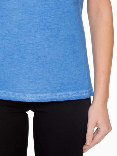 Niebieski t-shirt z dekatyzowanym efektem                                  zdj.                                  6