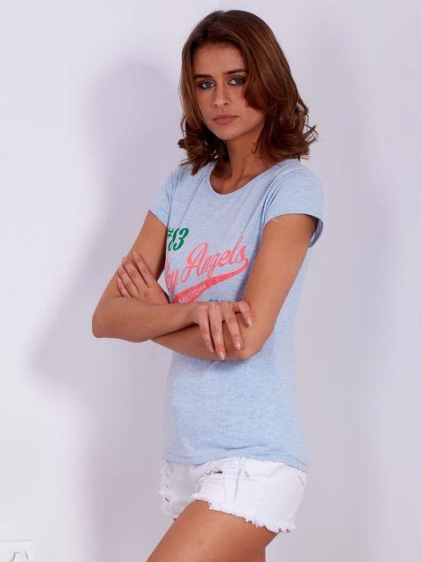 Niebieski t-shirt z kolorowymi napisami                              zdj.                              3
