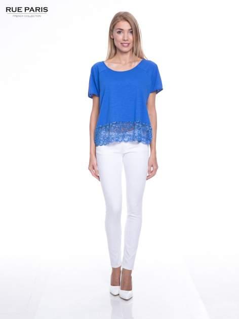 Niebieski t-shirt z koronkowym dołem                                  zdj.                                  4
