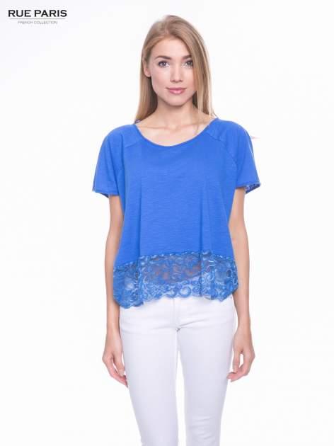Niebieski t-shirt z koronkowym dołem