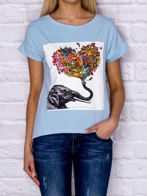 Niebieski t-shirt z malarskim nadrukiem                              zdj.                              1