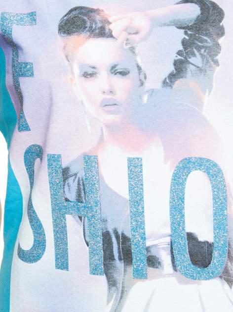 Niebieski t-shirt z nadrukiem fashion                                  zdj.                                  3