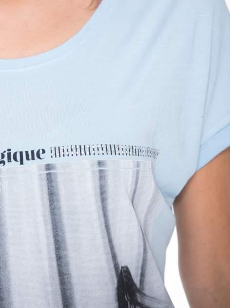 Niebieski t-shirt z nadrukiem fashion                                  zdj.                                  8