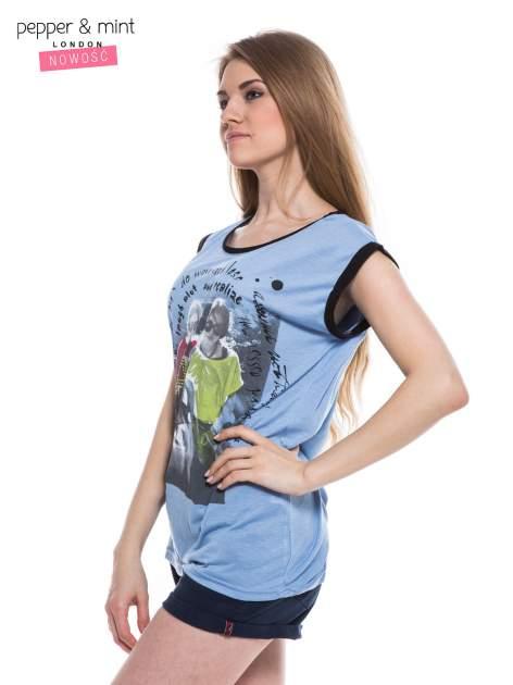 Niebieski t-shirt z nadrukiem i czarną lamówką                                  zdj.                                  2