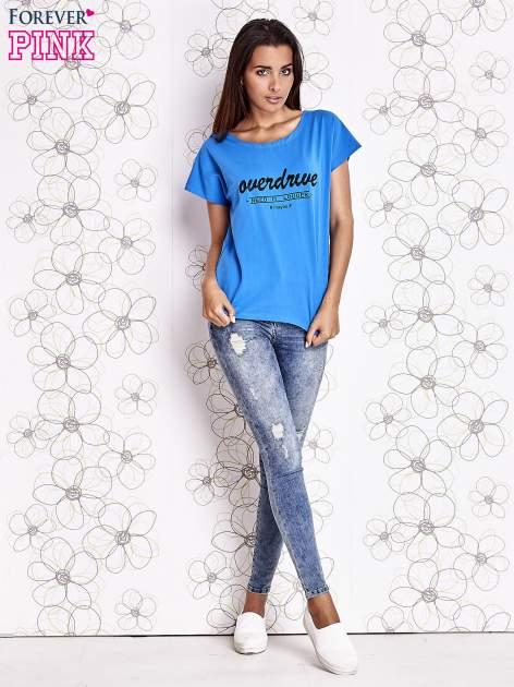 Niebieski t-shirt z napisem NEED IT LOUDER                                  zdj.                                  4