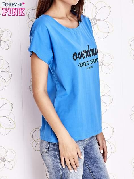 Niebieski t-shirt z napisem NEED IT LOUDER                                  zdj.                                  3