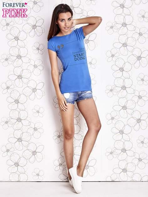 Niebieski t-shirt z napisem STOP DREAMING START DOING                                  zdj.                                  4