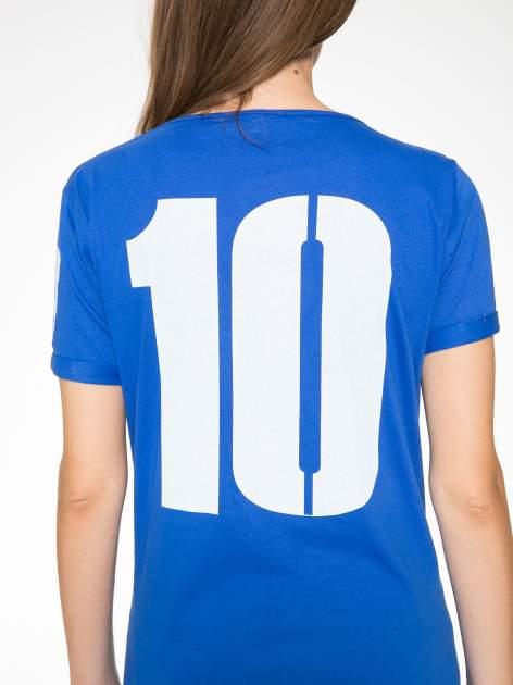 Niebieski t-shirt z numerkiem 10 na plecach i rękawie                                  zdj.                                  14