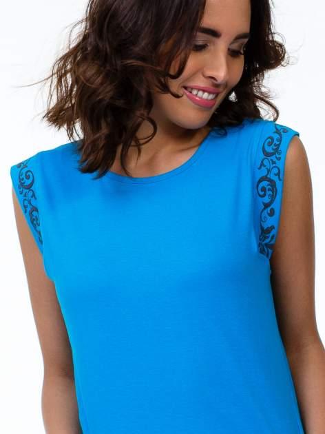Niebieski t-shirt z ornamentem na rękawach                                  zdj.                                  5