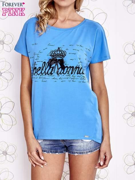 Niebieski t-shirt z ozdobnym napisem i kokardą                                  zdj.                                  1