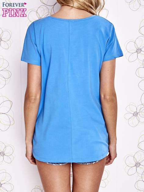 Niebieski t-shirt z ozdobnym napisem i kokardą                                  zdj.                                  2