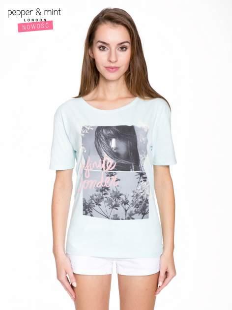 Niebieski t-shirt z romantycznym nadrukiem dziewczyny