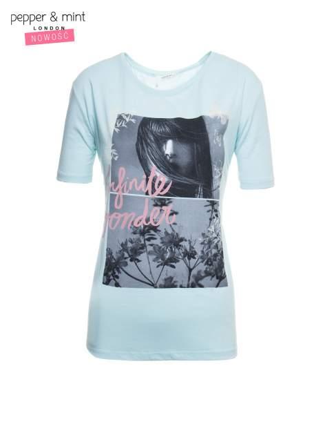 Niebieski t-shirt z romantycznym nadrukiem dziewczyny                                  zdj.                                  2