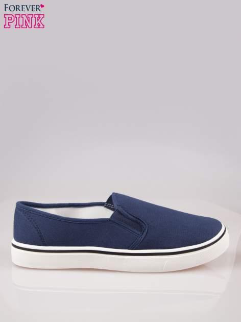Niebieskie buty slip on na białej podeszwie