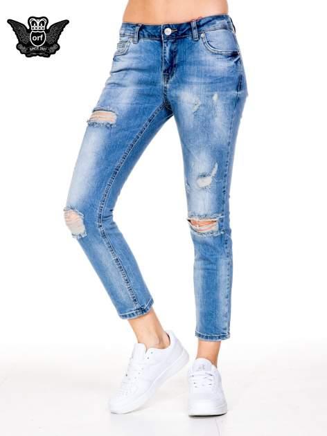 Niebieskie gniecione spodnie girlfriend jeans z dziurami                                  zdj.                                  1