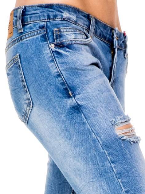 Niebieskie gniecione spodnie girlfriend jeans z dziurami                                  zdj.                                  7