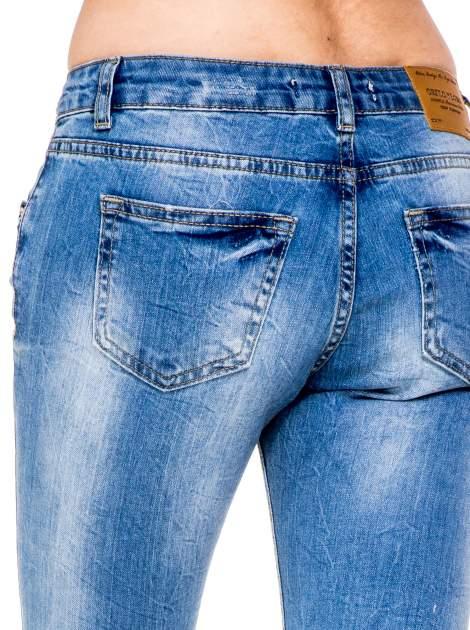 Niebieskie gniecione spodnie girlfriend jeans z dziurami                                  zdj.                                  8