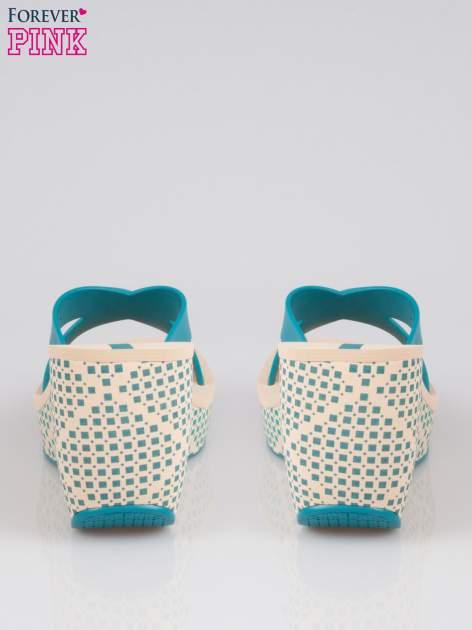 Niebieskie japonki na koturnie we wzór geometryczny                                  zdj.                                  3