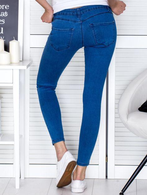 Niebieskie jeansowe rurki z przetarciami                              zdj.                              2