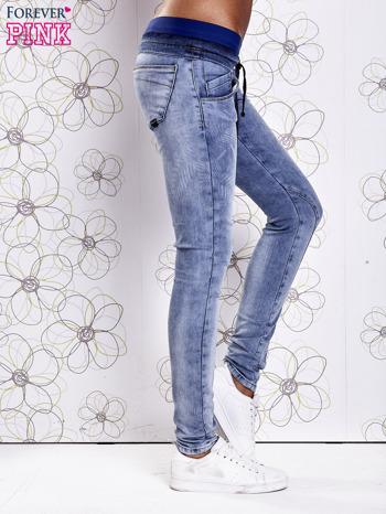 Niebieskie jeansowe spodnie na gumkę i z troczkami                                  zdj.                                  2