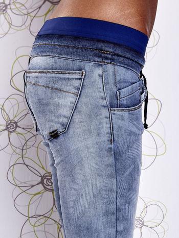 Niebieskie jeansowe spodnie na gumkę i z troczkami                                  zdj.                                  5