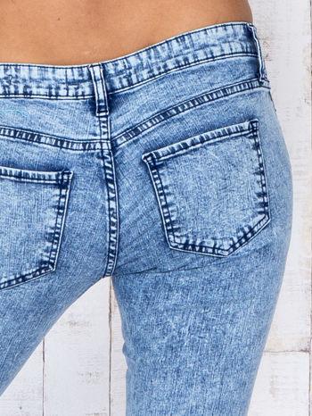 Niebieskie jeansowe spodnie rurki marmurkowe z dziurami                                  zdj.                                  5