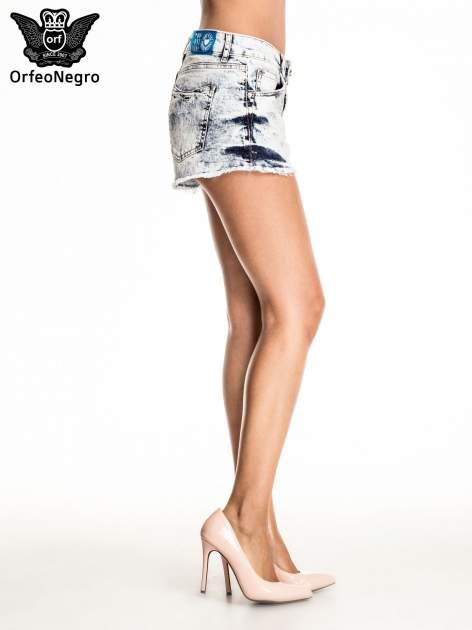 Niebieskie jeansowe szorty marmurki z poszarpaną nogawką                                  zdj.                                  3