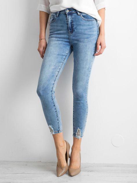 Niebieskie jeansy skinny z aplikacjami