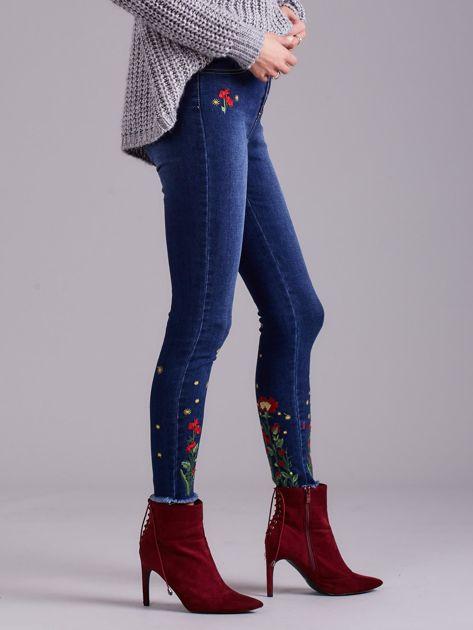 Niebieskie jeansy z haftem                              zdj.                              3