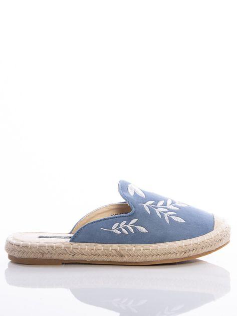 Niebieskie klapki z ecozamszu w haftowane wzory w kształcie roślin na przodzie cholewki                              zdj.                              1
