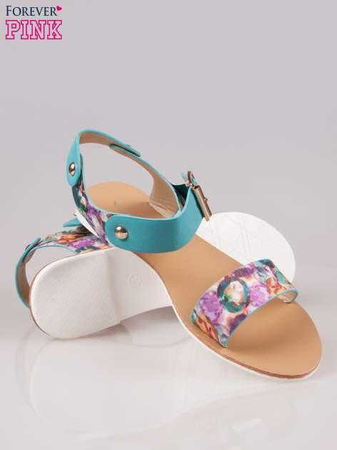 Niebieskie kwiatowe płaskie sandały z klamerką                                  zdj.                                  4