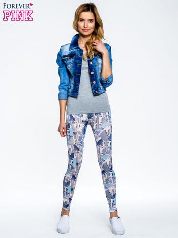 Niebieskie legginsy z motywem newspaper print                                  zdj.                                  2
