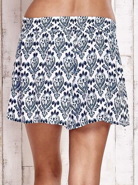 Niebieskie luźne szorty z ornamentowym wzorem                                  zdj.                                  2