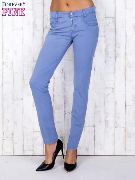 Niebieskie materiałowe spodnie regular na guziki                                  zdj.                                  1