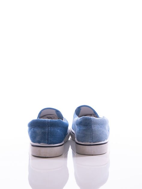 Niebieskie przecierane slipony z gumkami po bokach i mieniącymi się lamówkami na przodzie cholewki z cekinów                              zdj.                              3