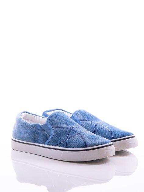 Niebieskie przecierane slipony z gumkami po bokach i mieniącymi się lamówkami na przodzie cholewki z cekinów                              zdj.                              2